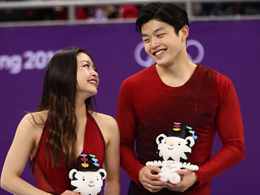 Maia and Alex Shibutani holding their symbolic white tigers after their bronze medal win.  (Photo: Jamie Squire - Getty Images)